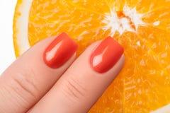 Smalto di chiodo arancione immagine stock