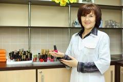 Smalto di chiodo della stretta della donna nel salone di bellezza Fotografia Stock Libera da Diritti