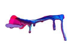 Smalto variopinto rovesciato su fondo bianco macchie blu e rosa della pittura fotografia stock