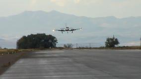Smalvliegtuig die op baan landen stock video