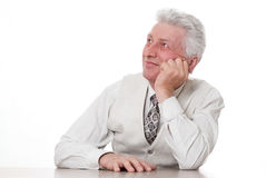 Sman som pensively sitter mot en white Royaltyfri Fotografi
