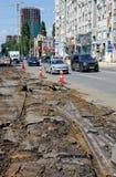 Smantellamento delle rotaie vecchie del tram Viale di Kirovsky, Rostov-On-Don, Russia 2 agosto 2016 Fotografia Stock Libera da Diritti