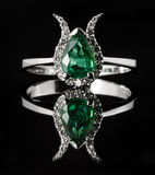 Smaragd en diamantverlovingsring Royalty-vrije Stock Afbeelding
