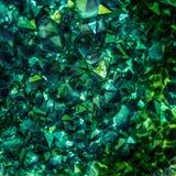 Smaragd-, safir- eller Tourmalinegräsplankristaller gems Mineraliska kristaller i den naturliga miljön Sten av dyrbart royaltyfri foto