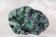 Smaragd in steen Stock Foto
