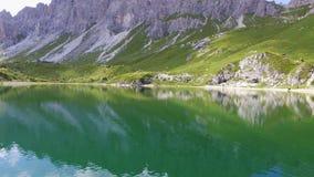 Smaragdgroen meer op bergen royalty-vrije stock foto
