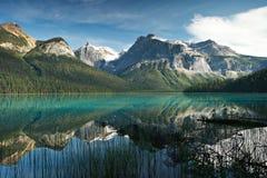 Smaragdgroen meer in Yaho Nationaal Park, Canada stock foto's