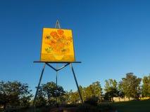 Smaragdgroen reuzevan gogh sunflower painting is het grootste schilderen in de wereld stock foto