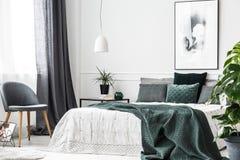 Smaragdgroen slaapkamerbinnenland royalty-vrije stock afbeeldingen