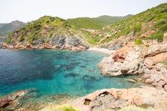 Smaragdgroene blauwe waterbaai dichtbij dorp van Girolata, Corsica, Frankrijk Stock Foto