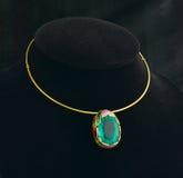 Smaragdgroene tegenhanger en gouden halsband royalty-vrije stock foto's