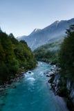 Smaragdgroene wateren van de alpiene rivier Soca in Slovenië Stock Fotografie
