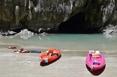 Smaragdhöhle und einsame Boote Stockfotos