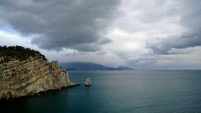 Smaragdhavet som är härligt vaggar och panorama- bergsikter i Ryssland royaltyfri foto