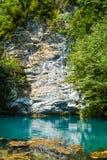 Smaragdsee unter den bloßen mehrfarbigen Felsen stockfotos