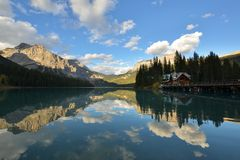 Smaragdsee Yoho im Nationalpark Stockbilder
