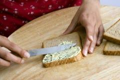 smarować kromkę chleba Obrazy Stock