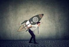 Smart affärsman med raket arkivfoton
