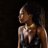 Smart afrikansk kvinna i partiklänning royaltyfri foto