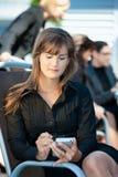 smart använda för affärskvinnatelefon Royaltyfri Foto