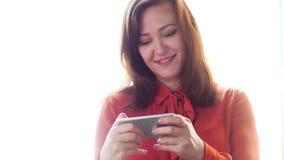 smart använda för affärskvinnatelefon arkivfilmer