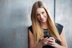 smart använda för flickatelefon Arkivfoton