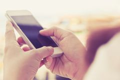 smart användande kvinna för telefon Arkivbilder