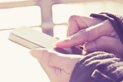 smart användande kvinna för telefon Fotografering för Bildbyråer