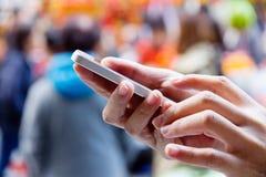 smart användande kvinna för telefon Arkivfoton