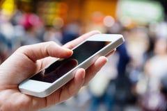 smart användande kvinna för telefon Arkivbild