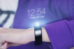 Smart armband med handen Royaltyfri Bild