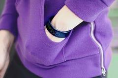 Smart armband med kondition app Fotografering för Bildbyråer