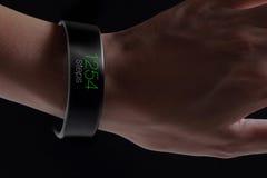 Smart armband med kondition app Royaltyfri Bild