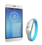 Smart armband synkroniserings med en smartphone Arkivbild