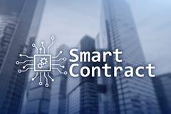 Smart avtal, blockchainteknologi i affären, finanshigh techbegrepp Skyskrapabakgrund Royaltyfria Bilder