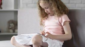 Smart barn som anv?nder l?tt mobilen app p? minnestavlan, enkla online-tj?nst p? grejen arkivfoto