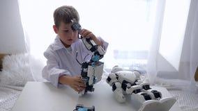 Smart barn som monterar den Humanoid roboten med konstgjord intelligens i rum arkivfilmer