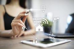 Smart begrepp för hem- automation på den faktiska skärmen royaltyfri fotografi