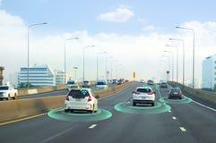 Smart bil som själv-kör funktionslägemedlet med radarsignalsystemet och och den trådlösa kommunikationen som är autonom fotografering för bildbyråer