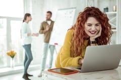 Smart bra seende kvinna som arbetar på bärbara datorn royaltyfri bild