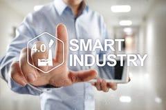 Smart bransch Industriell och teknologiinnovation Modernisering- och automationbegrepp Internet IOT arkivbilder