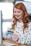 Smart card della tenuta della donna di affari Immagini Stock Libere da Diritti
