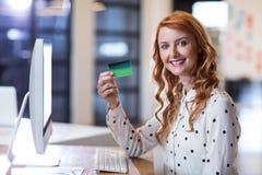 Smart card della tenuta della donna di affari in ufficio Immagine Stock