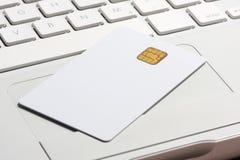 Smart Card di obbligazione sulla tastiera del computer portatile. Immagine Stock