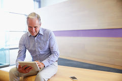 Smart casual senior man using tablet computer Royalty Free Stock Images
