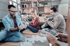 Smart a concentré des employés reposant et à l'aide de leurs smartphones Photographie stock libre de droits