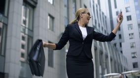 Smart dam som extremt är lycklig att segra pengar på direktanslutet att slå vad, genom att använda smartphonen stock video