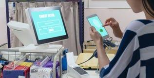 Smart detaljhandel i futuristisk iotteknologi som marknadsför begrepp, applikation för recognite för kundbruksfingeravtryck för a arkivbilder