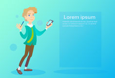 Smart för manhållcell som telefon pratar att smsa, social nätverkskommunikation stock illustrationer