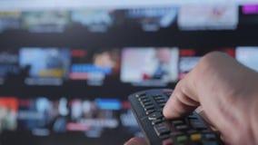 Smart Fernsehapparat On-line-strömender Videoservice mit Apps Lebensstil und Hand r stock footage
